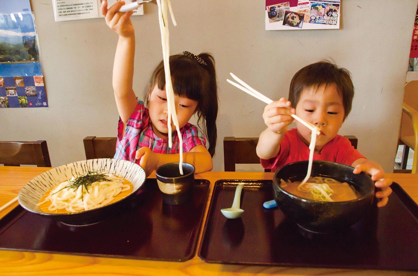 うどんを食べる子どもたち